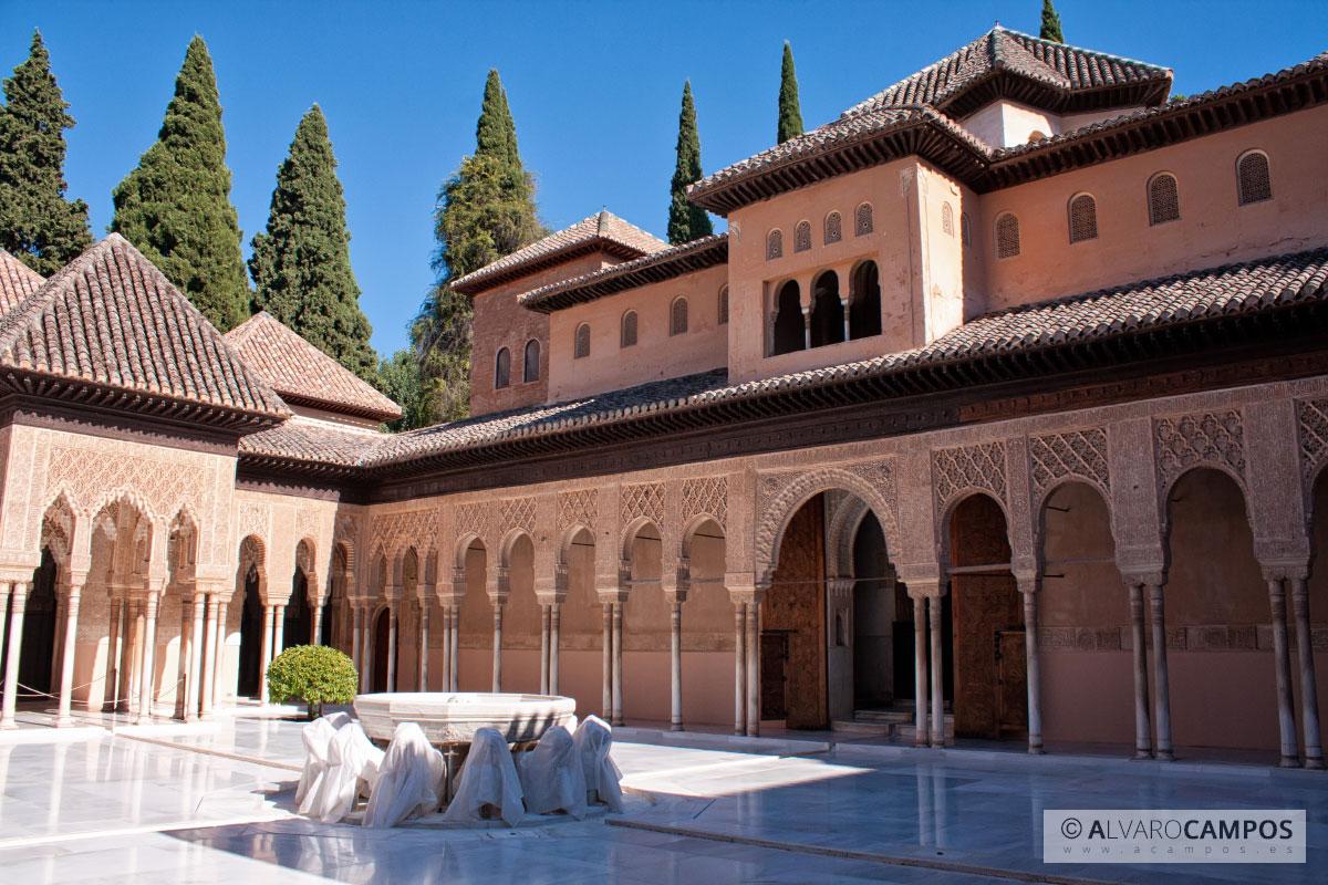 El patio de los leones de la alhambra de granada for Patios de granada